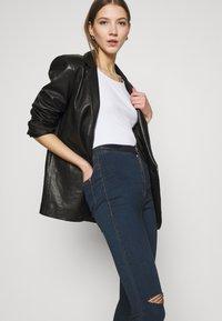 Missguided - VICE HIGHWAISTED SLASH KNEE - Jeans Skinny Fit - indigo - 4