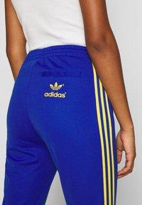 adidas Originals - 70S PANT - Leggings - Trousers - active gold/team royal blue - 4