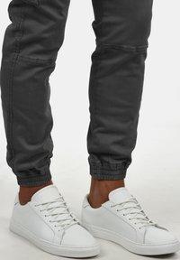 INDICODE JEANS - CARGOHOSE BROMFIELD - Cargo trousers - dark grey - 2
