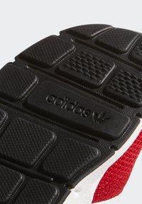 adidas Originals - SWIFT RUN X SHOES - Tenisky - scarlet/ftwr white/core black - 8
