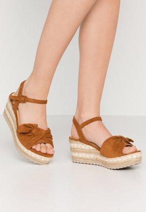 Sandalias con plataforma - camel