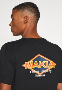 Makia - ECHO - Printtipaita - black - 6