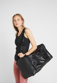 adidas by Stella McCartney - SQUARE DUFFEL M - Treningsbag - black/black/white - 1