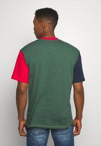 Karl Kani - BLOCK TEE - Print T-shirt - navy - 2