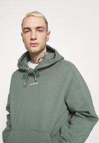 Calvin Klein Jeans - MICRO BRANDING  - Luvtröja - duck green - 3