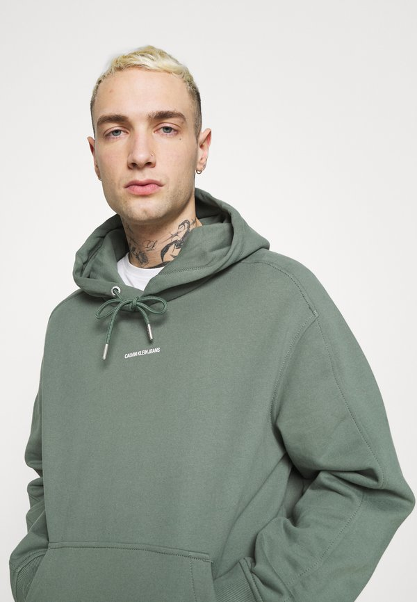 Calvin Klein Jeans MICRO BRANDING HOODIE - Bluza - duck green/oliwkowy Odzież Męska HHEV