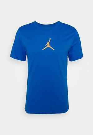 JUMPMAN CREW - Camiseta estampada - signal blue/university gold