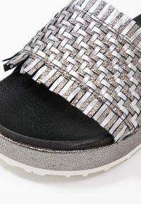 MJUS - Sandály na platformě - intreccio inox - 2