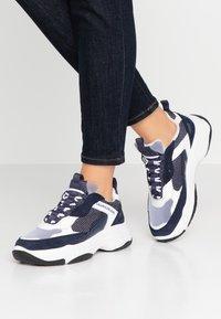 Calvin Klein Jeans - MAYA - Sneakers laag - white/navy - 0