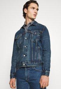 Levi's® - WELLTHREAD TRUCKER - Giacca di jeans - azurite indigo - 3
