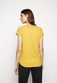 CLOSED - WOMEN´S - Basic T-shirt - butterscotch - 2