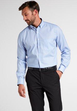 MODERN FIT - Shirt - hellblau/weiß