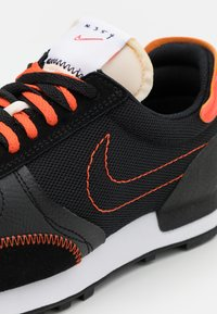 Nike Sportswear - DBREAK TYPE SE GEL UNISEX - Matalavartiset tennarit - black/team orange - 5
