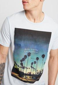Burton Menswear London - CITY PLACEMENT GRAPHIC ECHO LIGHT  - Print T-shirt - blue - 4