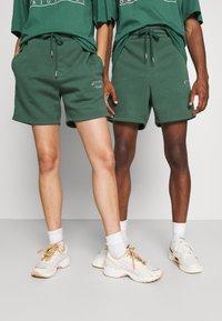 Jack & Jones - JJITOBIAS  UNISEX - Shorts - trekking green - 0