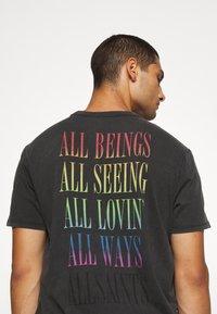 AllSaints - PROUD CREW - Print T-shirt - jet black - 3