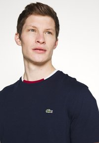 Lacoste - T-shirt basique - navy blue/flour bordeaux - 3