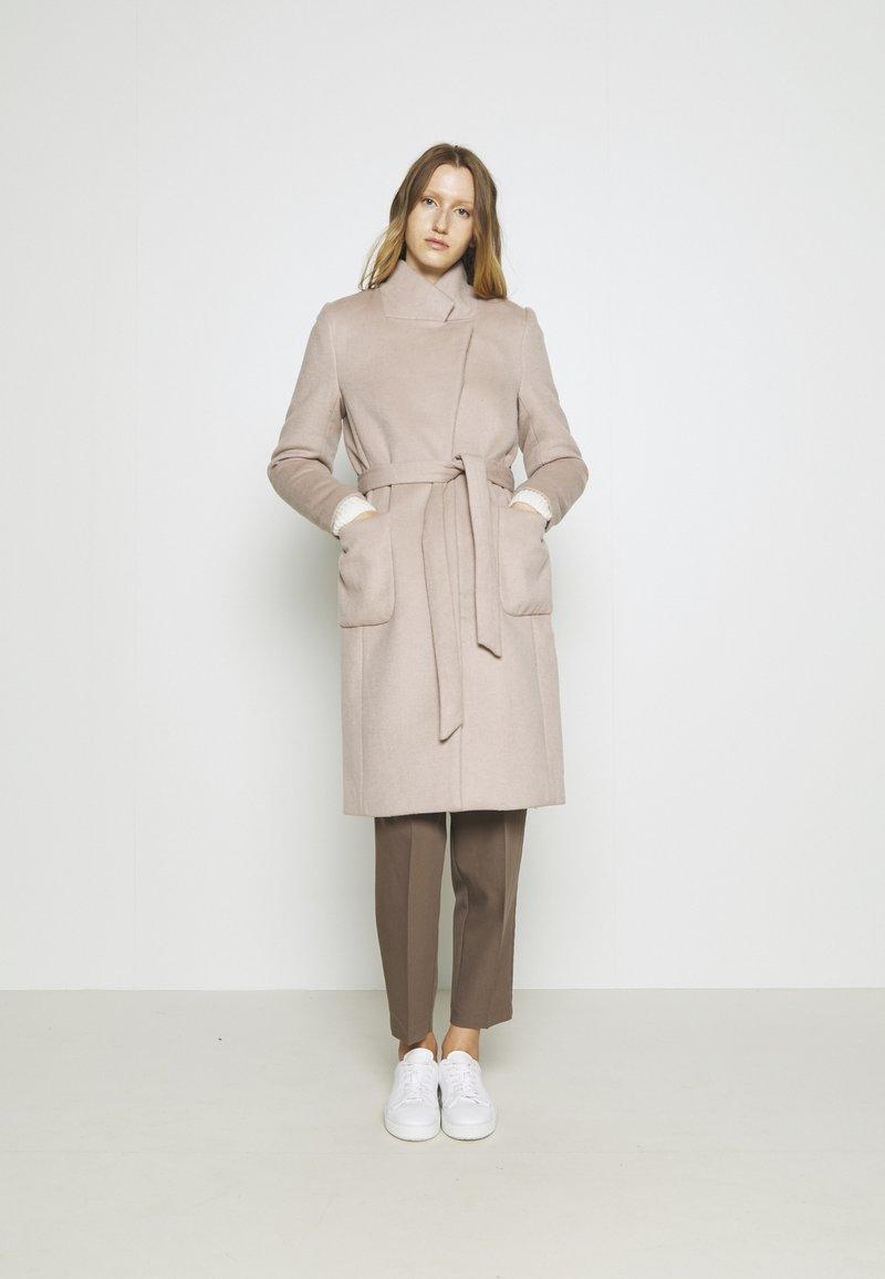 Bruuns Bazaar - JASMINA PERLE COAT - Klasický kabát - roasted grey khaki