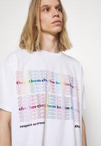 Levi's® - PRIDE LIBERATION ROADTRIP TEE UNISEX - Print T-shirt - white - 4