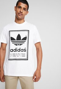 adidas Originals - VINTAGE LABEL GRAPHIC TEE - Camiseta estampada - white/black - 0
