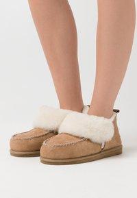 Shepherd - ALBINA - Slippers - camel - 0