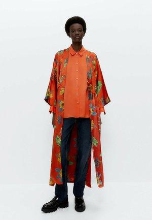 GEBLÜMTE MIT AUSBRENNERMUSTER - Summer jacket - orange