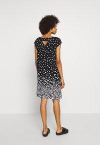 comma casual identity - Denní šaty - grey/black - 2