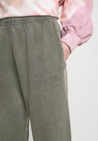 BDG Urban Outfitters - OVERDYED JOGGER - Tracksuit bottoms - charcoal - 3