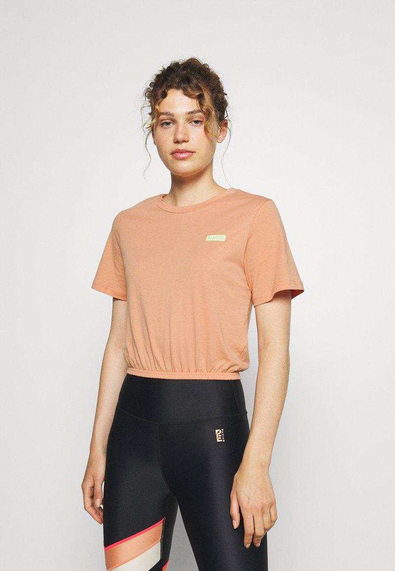 P.E Nation - DIAMOND PRESS TEE - Print T-shirt - coral mid