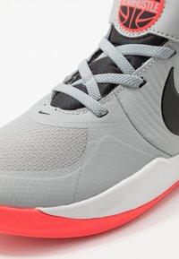 Nike Performance - TEAM HUSTLE 9 UNISEX  - Basketbalové boty - light smoke grey/black/laser crimson - 2