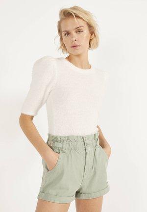 MIT STRETCHBUND UND GÜRTELSCHLAUFEN - Shorts di jeans - green