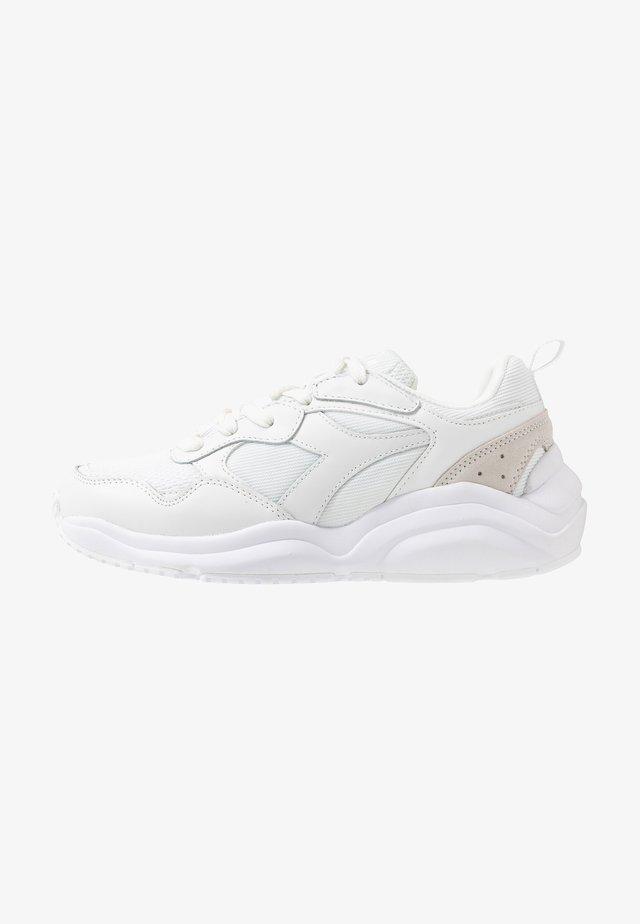 WHIZZ RUN - Sneakers laag - white