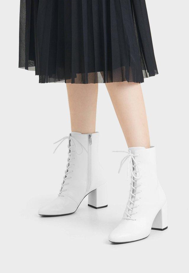 MIT SCHNÜRUNG - Bottines à lacets - white