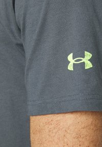 Under Armour - ROCK BRAHMA BULL - T-shirt con stampa - pitch gray - 5