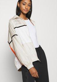 Nike Sportswear - ARCHIVE RMX - Chaqueta de deporte - light bone/white/healing orange - 3