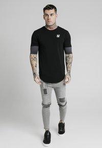SIKSILK - INSET SLEEVE GYM TEE - Basic T-shirt - burgundy/black - 0