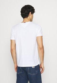 Tommy Hilfiger - NEW SMALL LOGO TEE - T-shirt con stampa - white - 2