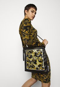 Versace Jeans Couture - SHOULDER FLATBANDANA BAG - Torba na zakupy - black/yellow - 0