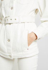 Tomorrow - MALCOLM BELT JACKET - Giacca di jeans - ecru - 5