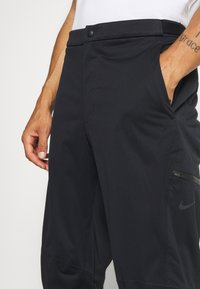 Nike Golf - HYPERSHIELD PANT - Kalhoty - black/dark smoke grey - 4