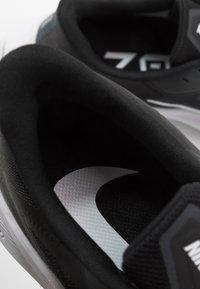 Nike Performance - ZOOM WINFLO  - Obuwie do biegania treningowe - black/white/anthracite - 6