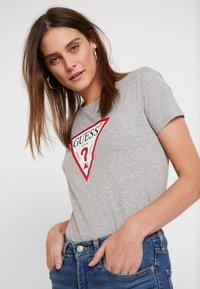 Guess - CREW NECK SS - T-shirt z nadrukiem - stone heather grey - 3