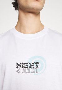 Night Addict - NAMIDNIGHT - T-shirt med print - white - 3