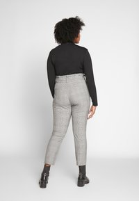 Vero Moda Curve - VMEVA LOOSE PAPERBAG CHECK - Trousers - grey - 2