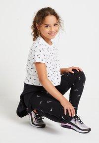 Nike Sportswear - TEE CROP - T-shirt print - white/black - 1