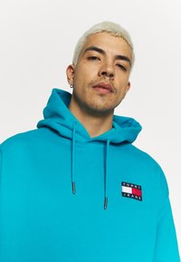 Tommy Jeans - BADGE HOODIE UNISEX - Sweat à capuche - exotic teal - 5