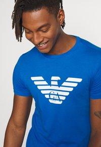Emporio Armani - T-shirt med print - bluette - 3