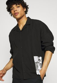 NU-IN - GALLUCKS X NU IN COLLECTION FRONT PRINT OPEN COLLAR - Camicia - black - 3