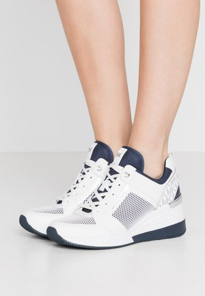 EXCLUSIVE GEORGIE TRAINER - Baskets basses - white/navy