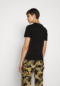 Versace Jeans Couture - T-shirt imprimé - black - 2
